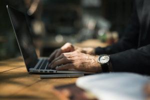 arbejdsglæde mand arbejder online